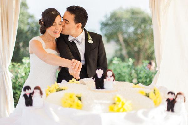 torta nuziale con fiori gialli