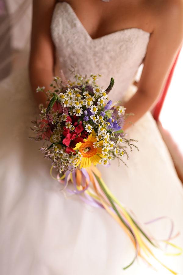 bouquet arcobaleno con camomilla, gerbere e nastri colorati
