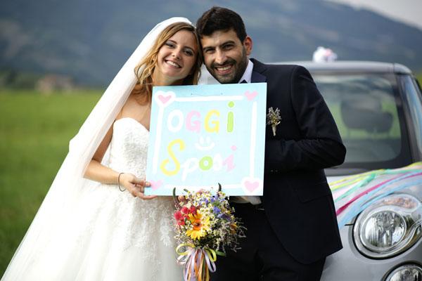 sposa con bouquet arcobaleno