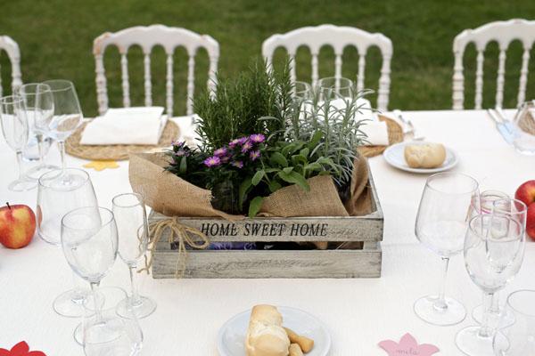 centrotavola con cassetta di legno e piante aromatiche