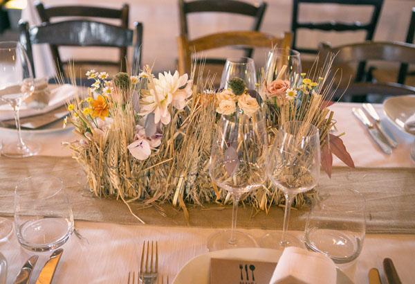 centrotavola rustico con fiori e spighe