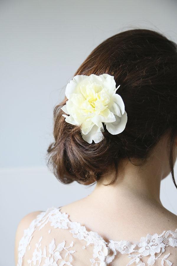 acconciatura raccolta laterale con fiore per la sposa