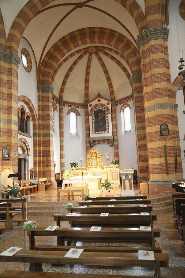 allestimento giallo e verde in chiesa