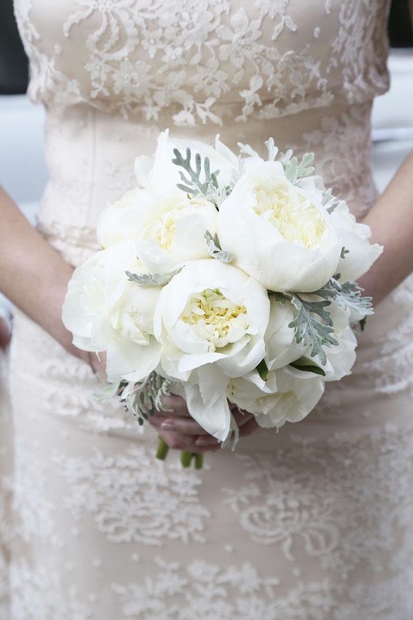 bouquet di peonie bianche e cineraria marittima