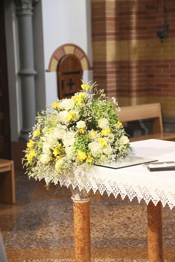 decorazione altare con fiori bianchi e gialli