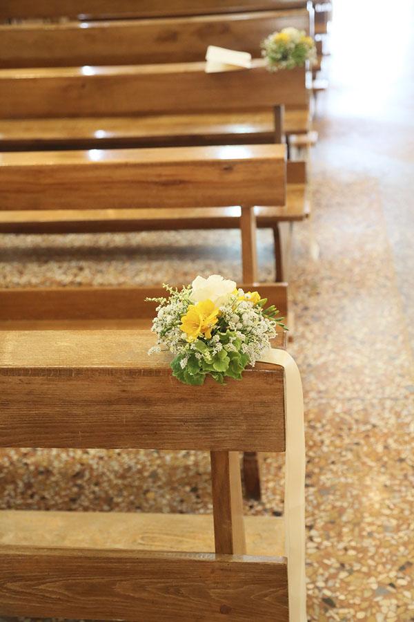 decorazione banchi chiesa con fiori gialli e nastri