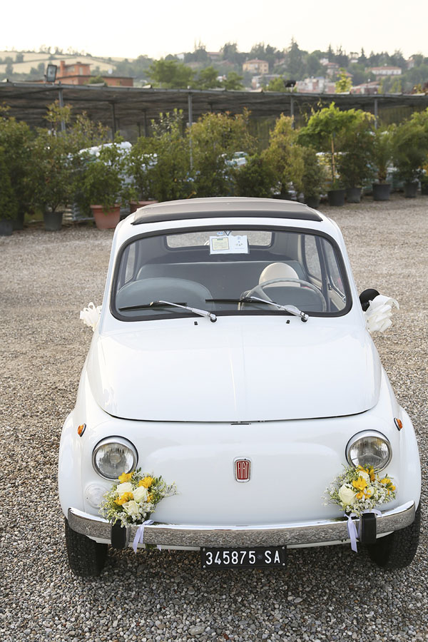 fiat 500 decorata con fiori bianchi e gialli