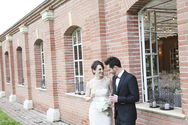 Matrimonio In Serra : Lettere luminose e fiori colorati per un matrimonio in serra