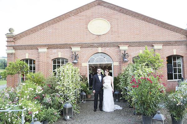 Matrimonio Serra Toscana : Lettere luminose e fiori colorati per un matrimonio in serra
