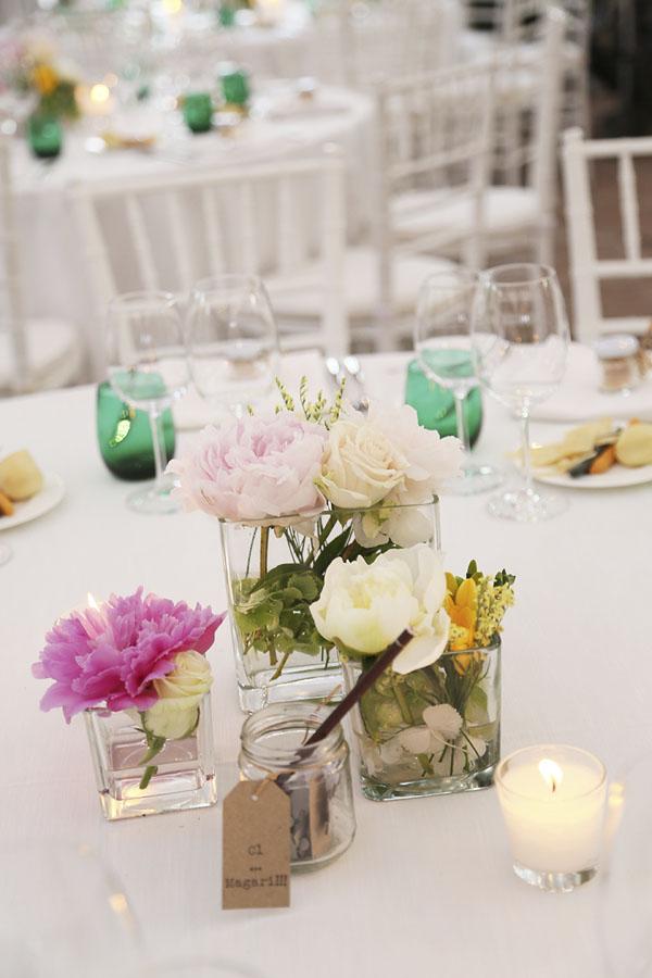 centrotavola con fiori bianchi, rosa e fucsia