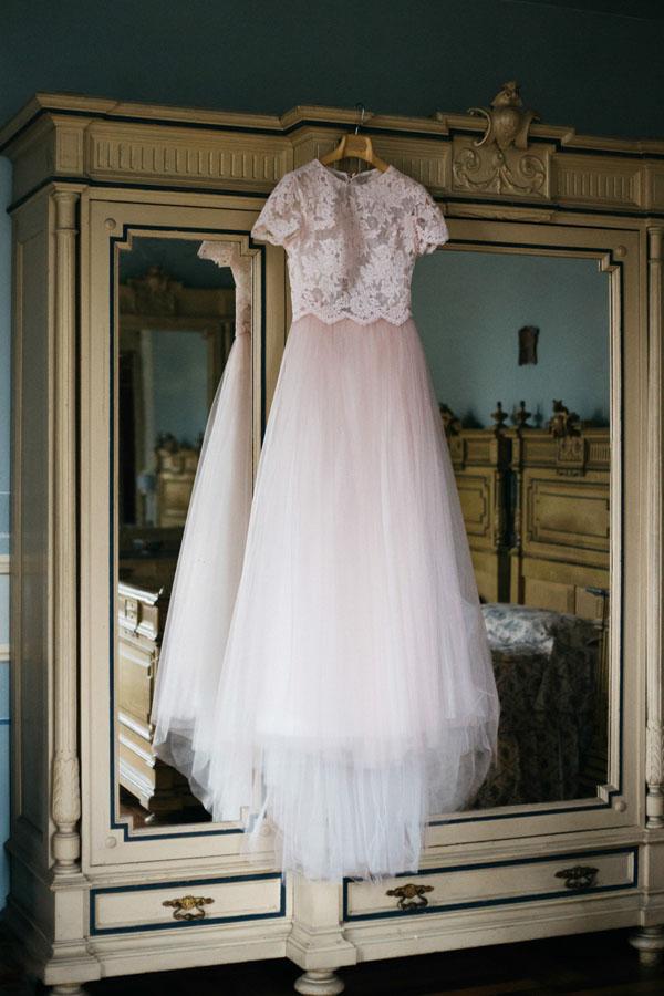 abito da sposa rosa cipria con pizzo e tulle