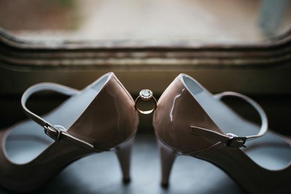 scarpe da sposa con cinturino e anello artigianale