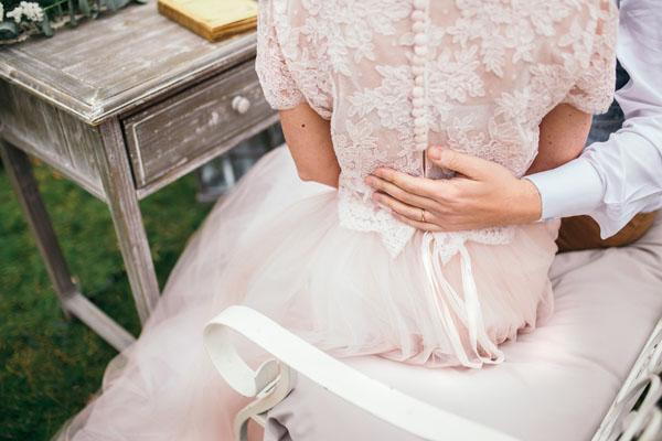 abito da sposa rosa cipria in pizzo e tulle