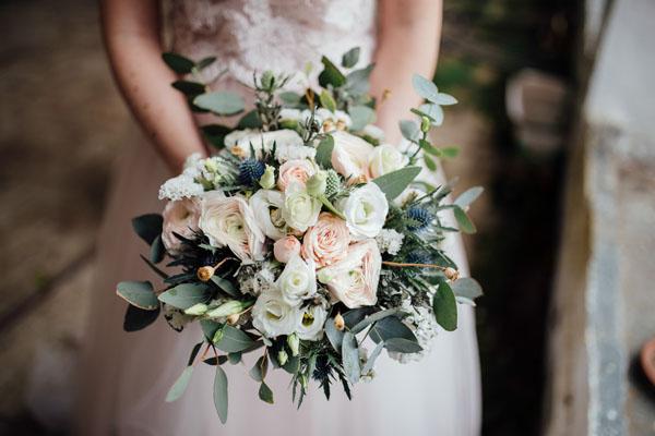 bouquet con rose, lisianthus, eryngium, statice ed eucalipto