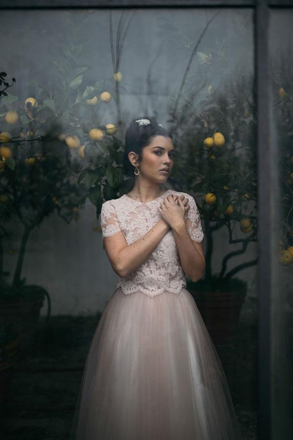 sposa in abito due pezzi rosa cipria
