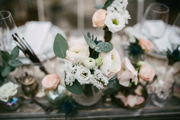 centrotavola con rose, lisianthus, statice ed eucalipto