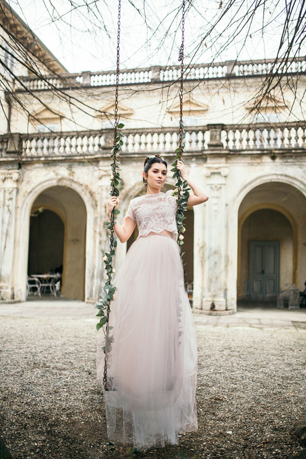 abito da sposa rosa cipria con crop top di pizzo