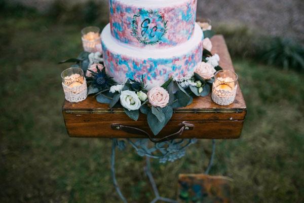 torta acquerello su valigia vintage