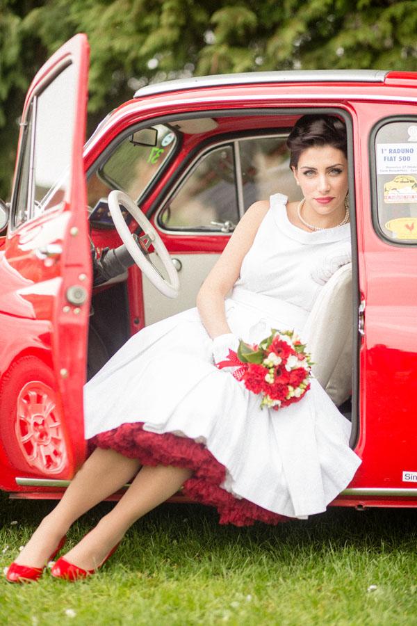 sposa in abito corto anni '50 e bouquet rosso