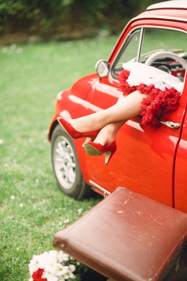 sposa anni '50 con abito corto e scarpe rosse