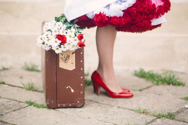 sposa anni '50 con valigia vintage