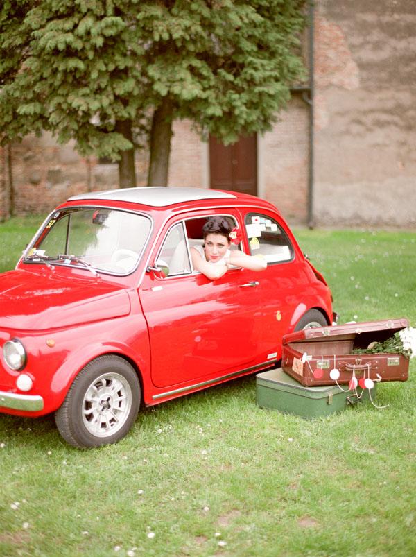 sposa anni '50 in fiat 500 rossa
