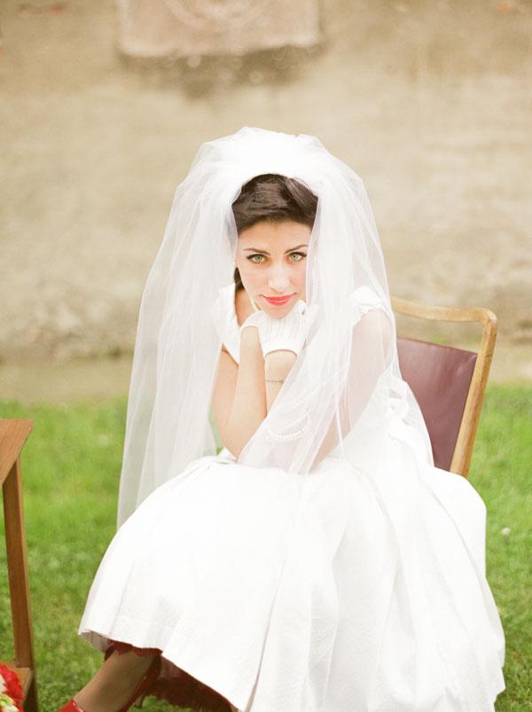 abito da sposa anni '50 con velo