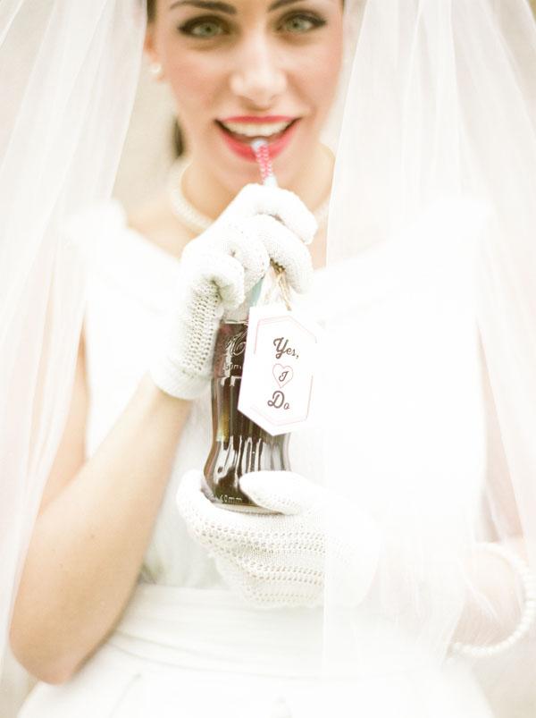 sposa anni '50 con coca cola