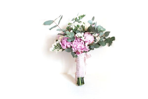 bouquet con peonie rosa e foglie di eucalipto