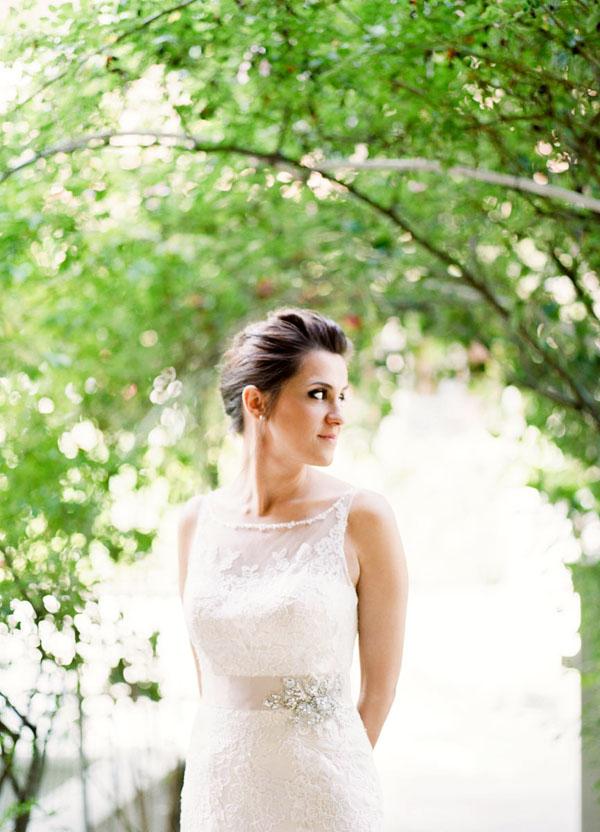 abito da sposa in pizzo con cintura rosa cipria