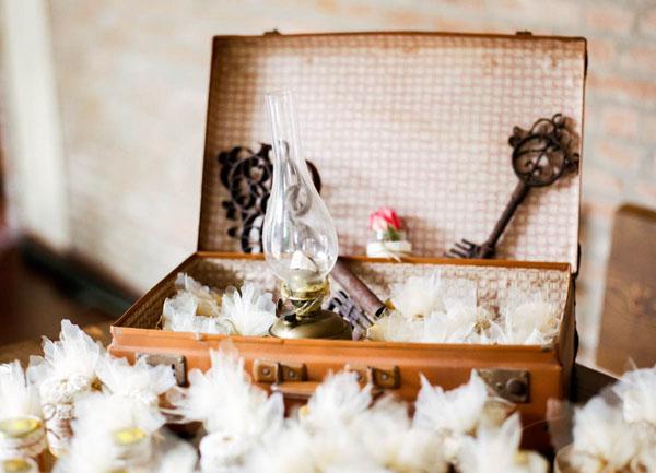 allestimento matrimonio con valigia vintage