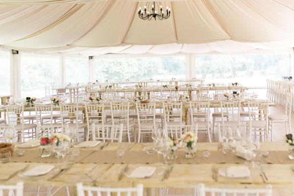 ricevimento matrimonio vintage sotto una tenda