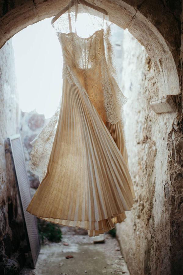 abito da sposa con gonna a pieghe