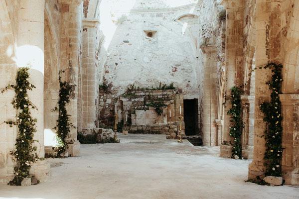 allestimento cerimonia in una chiesa diroccata