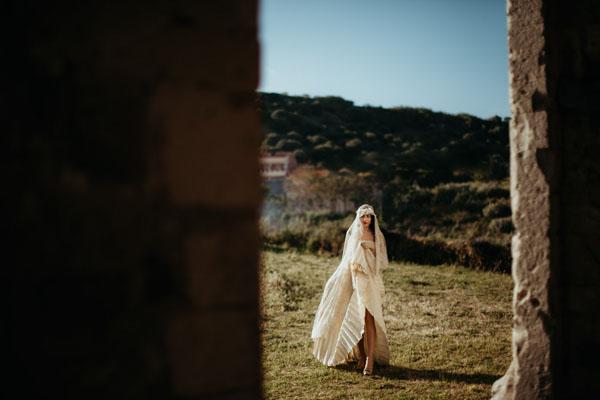 abito da sposa con gonna a pieghe e pizzo
