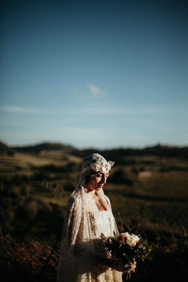 abito da sposa e velo in pizzo di elisabetta delogu