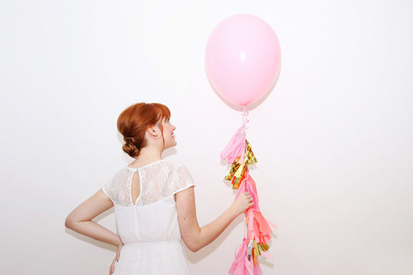 palloncini con ghirlanda di tasselli fai da te