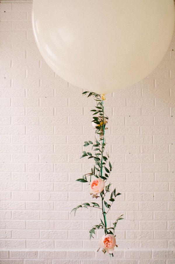 palloncini con ghirlanda floreale fai da te