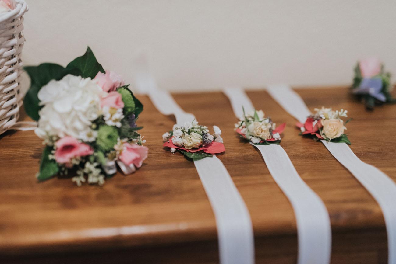 bouquet e bottoniere in bianco, rosa e verde