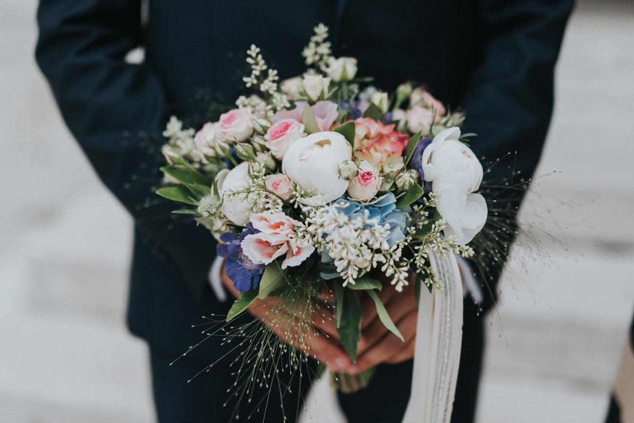 bouquet con peonie, rosa, azzurro, verde e bianco