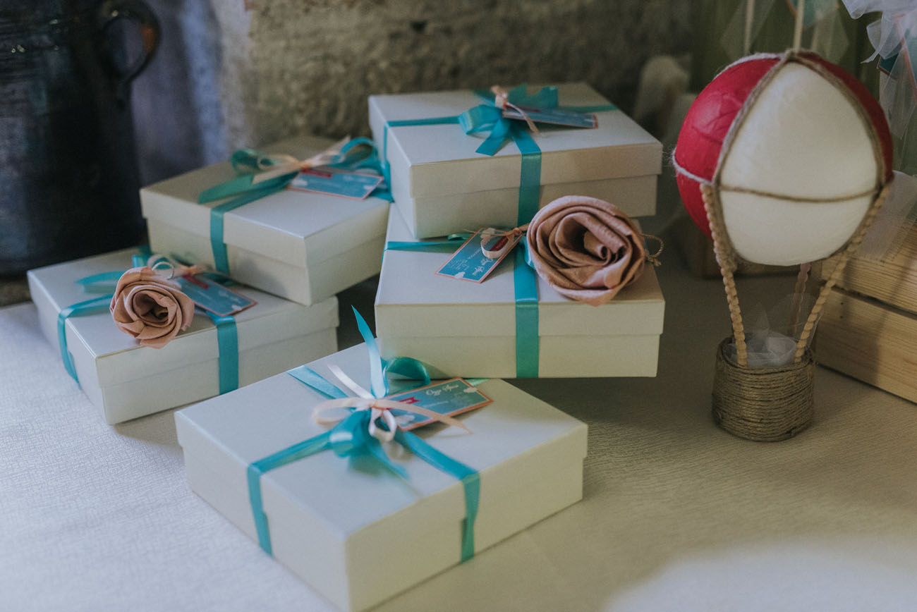 confezioni bomboniere con fiori di stoffa e mongolfiere