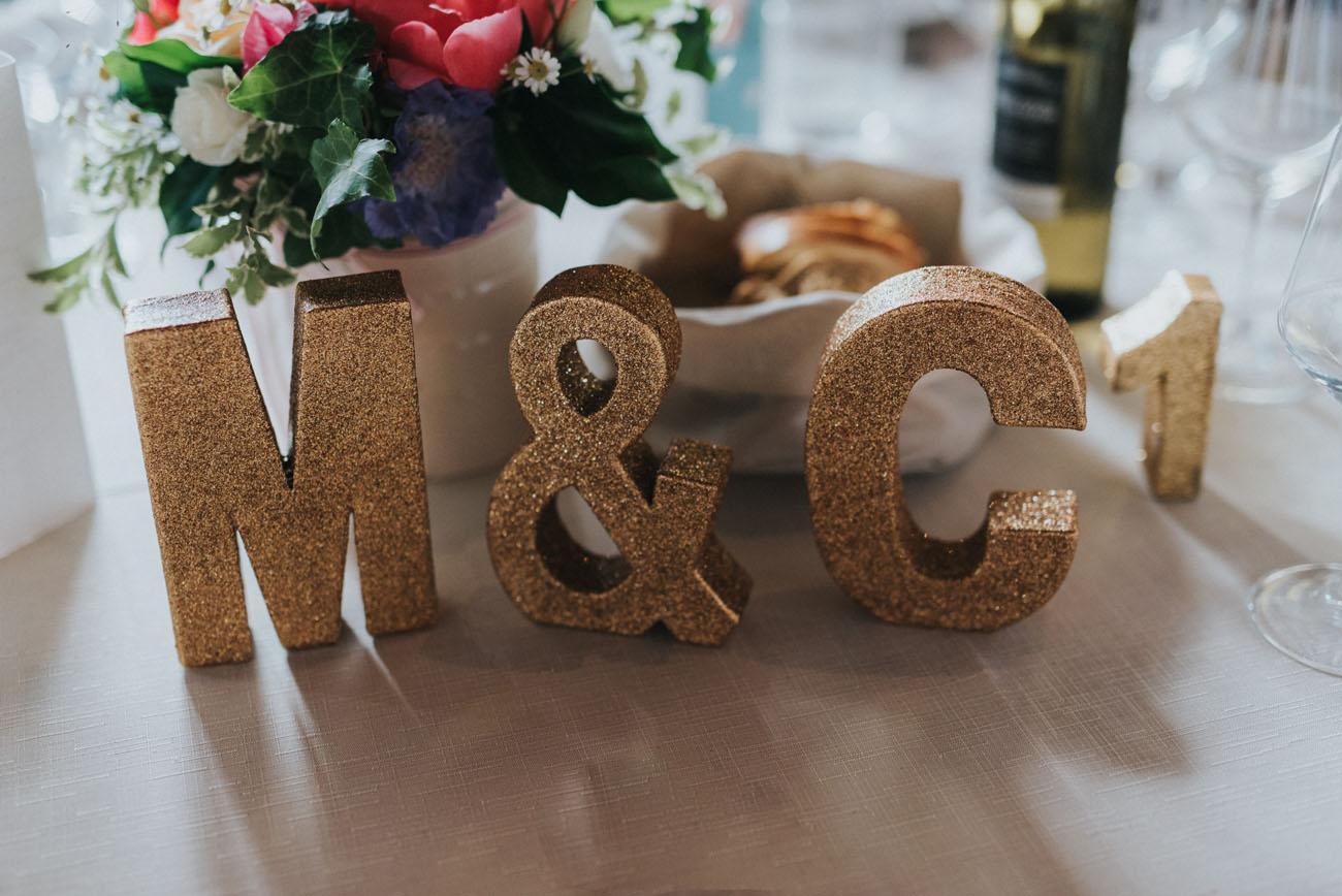 lettere glitter sul tavolo degli sposi