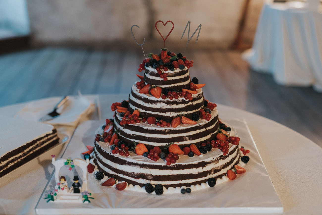 torta nuda con frutti di bosco
