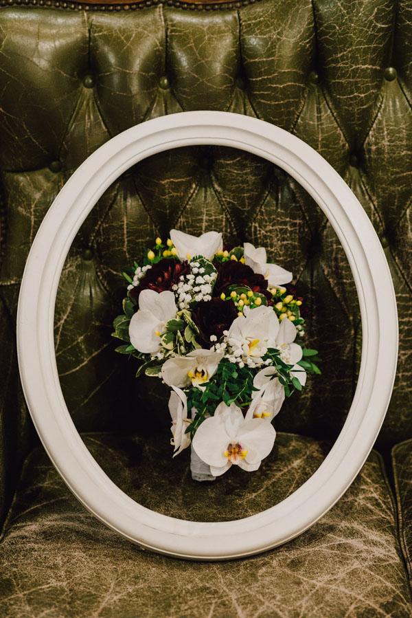 bouquet autunnale con orchidee bianche e dalie borgogna