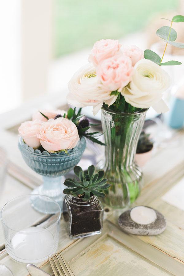 centrotavola boho chic con ranuncoli e piante succulente