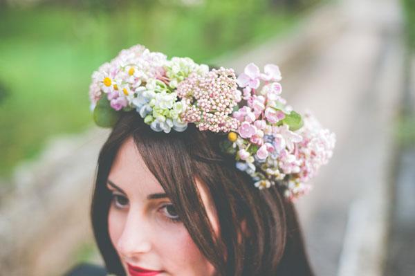 corona di fiori rosa e azzurra