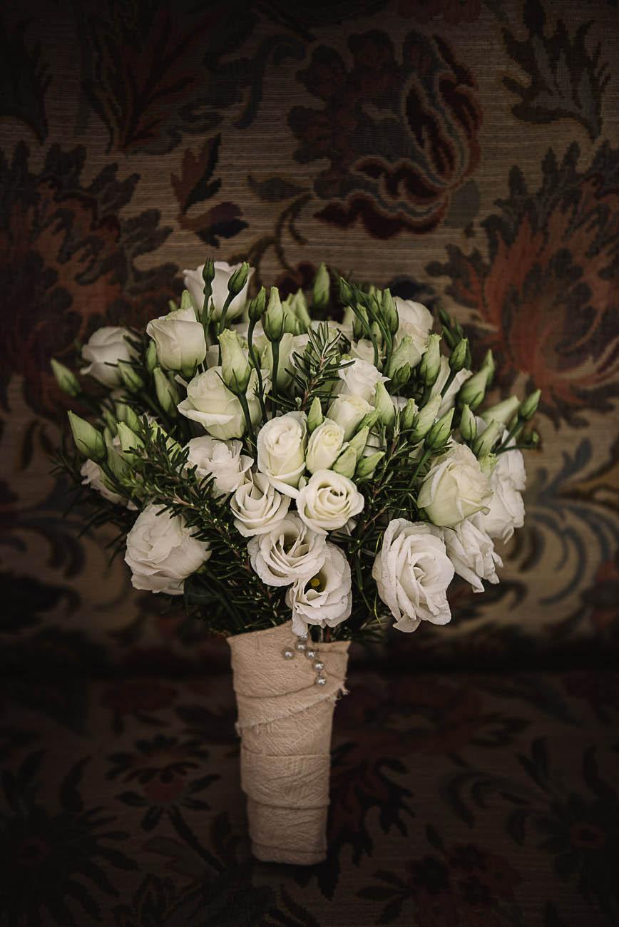 bouquet con lisianthus bianchi e rosmarino