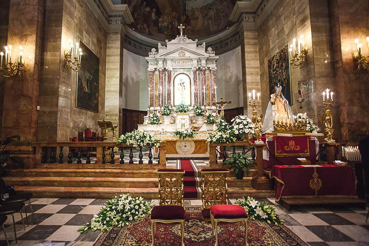 allestimento bianco e verde cerimonia in chiesa