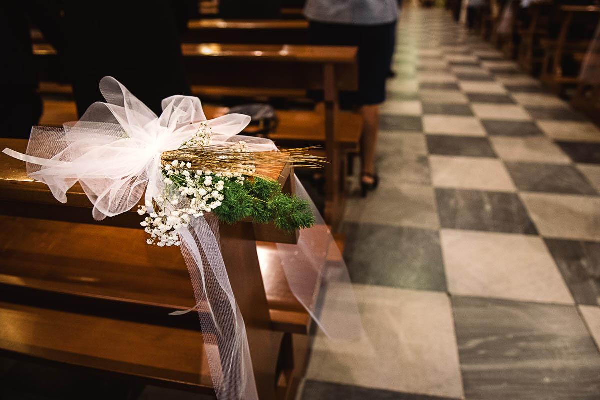 decorazione chiesa con fiori, tulle e spighe