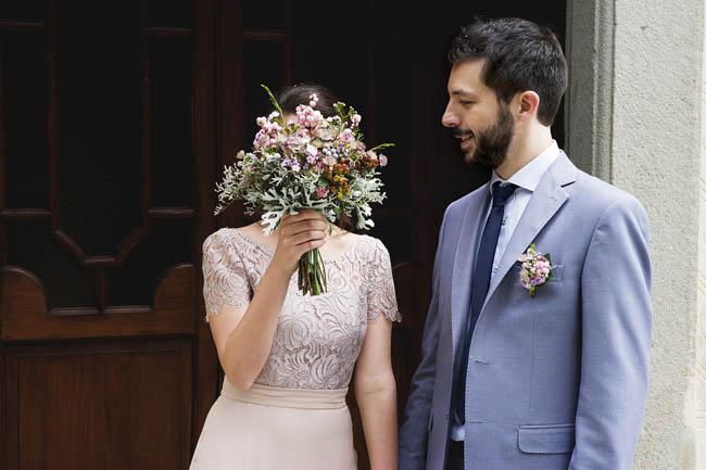 abito da sposa rosa cipria e bouquet di bacche